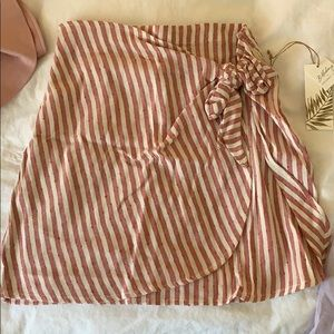 Striped skirt with corner bow.